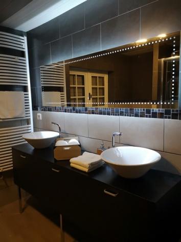 5-Hotel-La-Sapiniere-Salle-de-bain-double-vasque-WEB.jpg