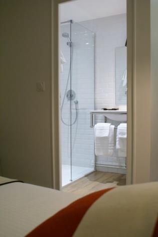 7-HOTEL-MIR-LA-PERGOLA-CHAMBRE-DOUBLE-AVEC-VUE-SDB.JPG