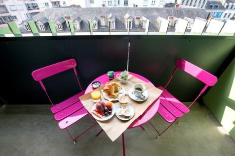 5-Petit-dejeuner-au-balcon-Hotel-de-la-Marne.jpg