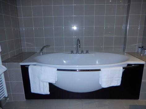 1-HPH130-Hotel-du-Casino-ch-famille-sdb.jpg