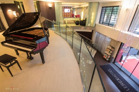 12-HPH19---HOTEL-LE-REX---TARBES---Piano---hall-d-entree.JPG