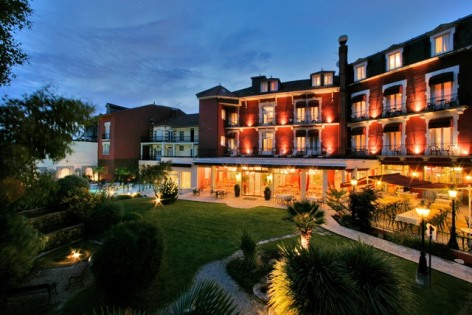 11-hotel-bestwestern-beausejour-lourdes-piscine-jardin-facade-nuit.jpg