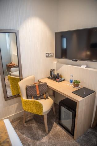 3-HPH76---HOTEL-BEST-WESTERN-BEAU-SEJOUR---Poste-de-Travail-Chambre-privilege---LOURDES.jpg