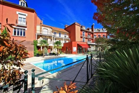 3-hotel-bestwestern-beausejour-lourdes-piscine-chauffe-ete-exterieure.jpg