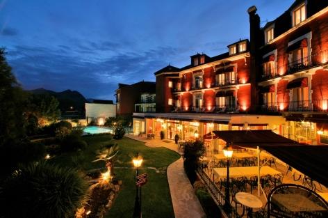 6-HPH76--HOTEL-BEST-WESTERN-BEAUSEJOUR---JVue-Nocture-cot---Parc-cote-piscine---LOURDES.jpg