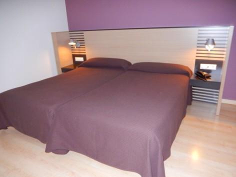 0-HPH117---Hotel-Oroel---chambre.jpg