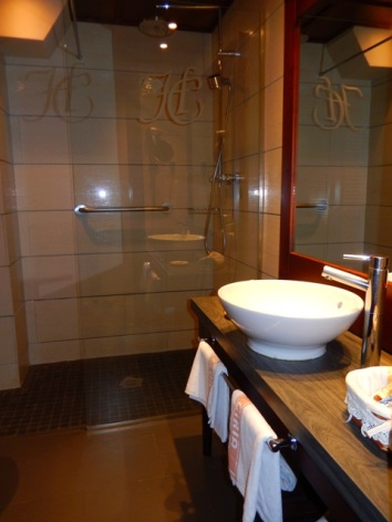 13-HPH118---Hotel-Ciria---chambre-double-sdb.JPG