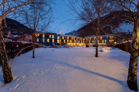 7-HPH123-Hotel-Tierra-de-Biescas-exterieur-hiver-nuit-640x480.jpg