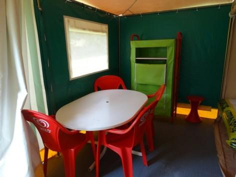 4-HPMH10---A-l-ombre-des-tilleuls---bungalow-toile-interieur.jpg