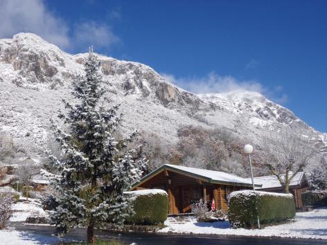 14-HPMH05---Camping-le-Soleil-du-Pibeste---Chalet-ext-hiver-neige-montagne.JPG