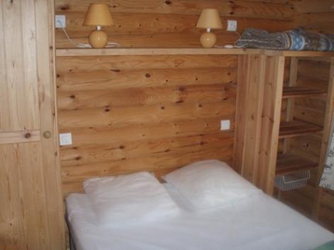 2-chambreadultechaletbois-campingsoleildupibeste-agosvidalos-HautesPyrenees.jpg