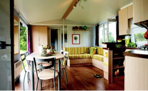 4-HPMH05---Camping-le-Soleil-du-Pibeste---Mobil-home----Cuisine-2.PNG