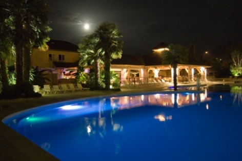 7-piscinenocturne-campingles3vallees-argelesgazost-HautesPyrenees-creditbernardlautier.jpg