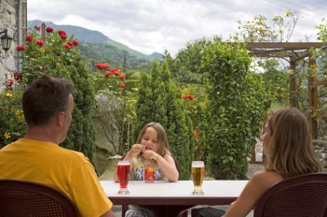 2-terrasse-aubergelebouic-ayrosarbouix-HautesPyrenees.jpg