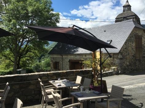 5-aubergedubergons-terrasse-salles-HautesPyrenees.JPG