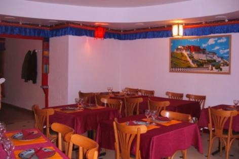 2-Lourdes-salle-restaurant-Lung-Ta-2.JPG
