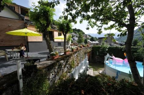 6-HPH12---Le-central-Bareges---Terrasse-et-piscine.JPG