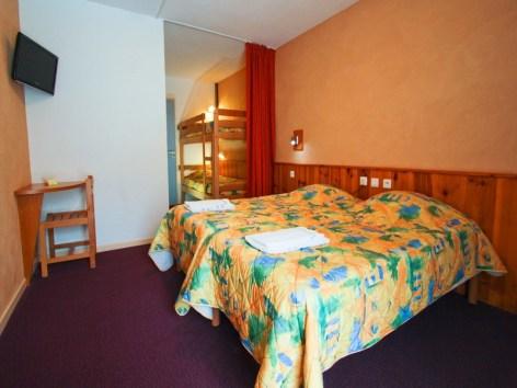 4-6--Chambre-Familiale---Les-Marronniers-Domaine-de-Pyrene-Cauterets--Copier-.jpg